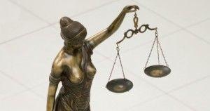 Praeitame straipsnyje gilinomės, kas yra Teisės aktas. Šiandien trumpai pakalbėsime apie Įstatymų leidybą, arba Teisėkūrą, ir Teisės norminiam aktui keliamus reikalavimus.  Teisės norminiam aktui keliami ne tik turinio reikalavimai (t. y. jis turi atitikti ne tik LR Konstituciją, pagal kurią, galioja tik paskelbti įstatymai), bet ir formos, struktūros, kalbos reikalavimai.  Teisėkūra – viena iš svarbiausių valstybinės veiklos krypčių. Kad valstybė tinkamai atliktų šią savo funkciją, įstatymų leidėjas turi turėti specialių žinių bei sugebėjimų. Tokių specialių žinių sritis yra teisėkūros juridinė technika. Kaip teigia profesorius Saulius Katuoka, Teisėkūros juridinė technika – tai priemonių ir būdų, kuriais rengiami, leidžiami ir sisteminami teisės normų aktai, sistema.  Ypatinga teisėkūros juridinės technikos svarba pasireiškia tuo, kad naudojant ją sukuriamos visuotinai privalomos elgesio taisyklės, tiesiogiai veikiančios socialinį žmonių elgesį, nubrėžiančios šio elgesio ribas, už kurių pažeidimą numatomos valstybės prievarta garantuojamos sankcijos. Įstatymų leidėjas turi tiksliai ir suprantamai perteikti adresatams nurodymus, nes įstatymų nežinojimas ar nesupratimas neatleidžia nuo atsakomybės.  Teisėkūros pagalba teisės norminis aktas turi būti suformuluotas taip, kad elgesio taisyklė būtų vienareikšmiškai visiems suprantama, kad būtų patogu teisės aktą taikyti praktiškai konkrečiam atvejui. Todėl galima teigti, kad norminių teisės aktų kokybei ir veiksmingumui reikalingas geras teisėkūros technikos išmanymas, kuris kartais ne mažiau reikšmingas nei pats turinys. Taigi teisėkūros juridinės technikos išmanymas ir įvaldymas leidžia sukurti kokybišką teisės norminį aktą. Teisės norminio akto turinys turi būti išdėstytas pagal tam tikrus techninio įforminimo standartus – logiškai, glaustai ir aiškiai.  Deja, praktikoje pasitaiko, kad netgi profesionalai teisininkai, nekalbant apie paprastus žmones, kurie nesusidūrę su teise, negali vienareikšmiškai suprasti, ką nor